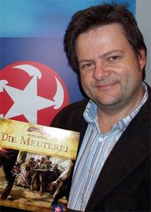 Der Spielautor Michael Rieneck mit seinem Spiel 'Die Meuterei'.